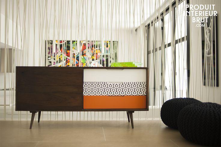 Nos encanta este discreto y útil toque colorido en la sala de estar.