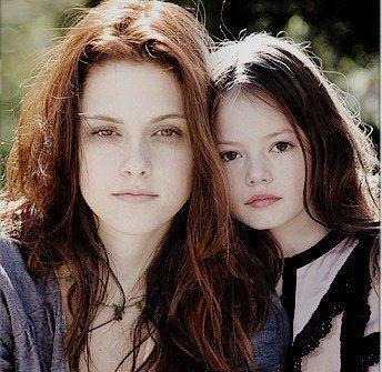 Mackenzie Foy and Kristen Stewart   Rendue célèbre par son rôle de Bella dans «Twilight», Kristen ...