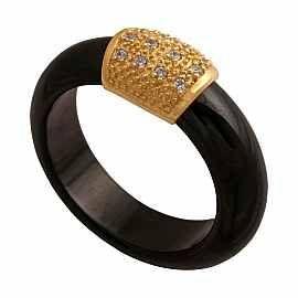 Nowoczesny pierścionek w kształcie obrączki z czarnej ceramiki.Na środku złoty element z cyrkoniami.Waga złota 0.99g.Waga całego pierścionka 5.2g,produkt wyceniony na sztuki.