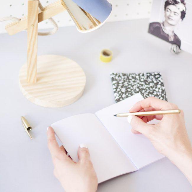 DIY Lámpara tejida - Fábrica de Imaginación · Diseño DIY Bathroom Storage Over Toilet, Craft Kits, Lampshades, Decoration, Weaving, Crafts, Decor Ideas, Home Decor, Lighting
