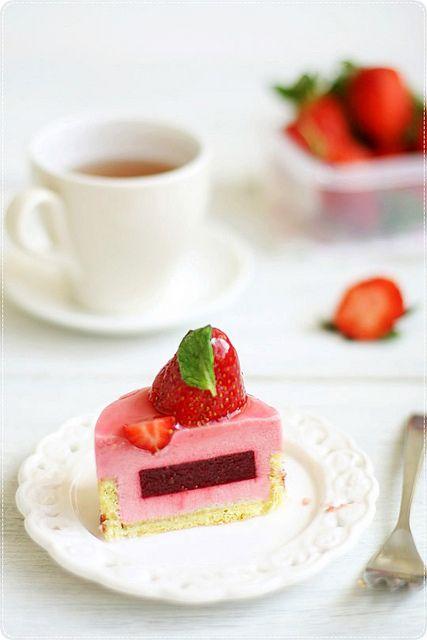 Hidemi Sugino's Fruits Rouges フリュイ・ルーヅュ (biscuit joconde sans beurre avec confiture framboise, gelee aux fruits rouges, mousse aux fruits rouges, glaçage framboise)