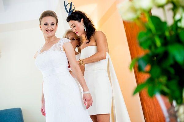 Dzień wesela to wyjątkowy moment, do którego każda panna młoda przygotowuje się niezwykle starannie, dbając o wszystkie szczegóły ślubnej stylizacji. http://szkolameskiegostylu.pl/blog/2015/08/lekcja-stylu-dla-pan-idealny-wizerunek-panny-mlodej/