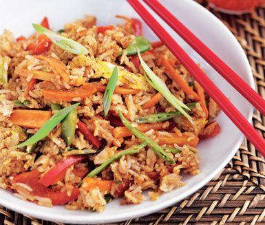 Fried rice, alltså stekt ris, med grönsaker och ägg är en risrätt med asienkänsla. Grönsaker, lök och morötter tar smak av varandra vid stekningen och smaksätts med chilisås när du blandar i riset. Äggen som knäcks över ger riset en fin fyllighet.