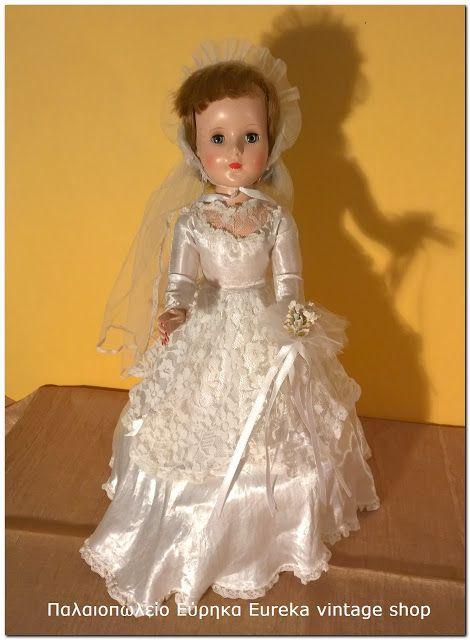 Κούκλα της εταιρίας American Character από την δεκαετία 1950's ντυμένη νύφη. Είναι σε άριστη κατάσταση, καθαρή, με το δικό της νυφικό. Φτιαγμένη από ένα είδους σκληρό πλαστικό που το συναντάς σχεδόν αποκλειστικά σε αμερικάνικες κούκλες της περιόδου με γυαλιστερή υφή. Έχει εσωτερικό μηχανισμό για να κινεί το κεφάλι όταν κουνάς τα πόδια.  Ύψος 43εκ.