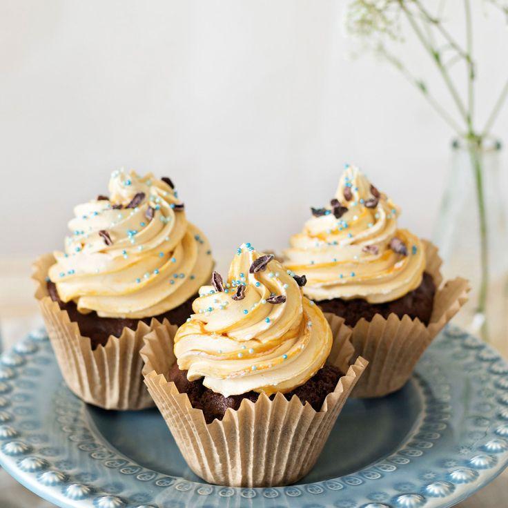 Vackra cupcakes med chokladsmak som gömmer en överraskning inuti.