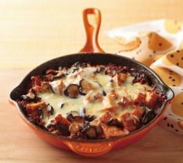 【厚揚げとナスのミートソースグラタン】和風素材でおしゃれなグラタンに。濃厚な味わいが新鮮なおかずにぴったり、ユニークな一品です。  http://lecreuset.jp/community/recipe/atsuagemeatsaucegratin/