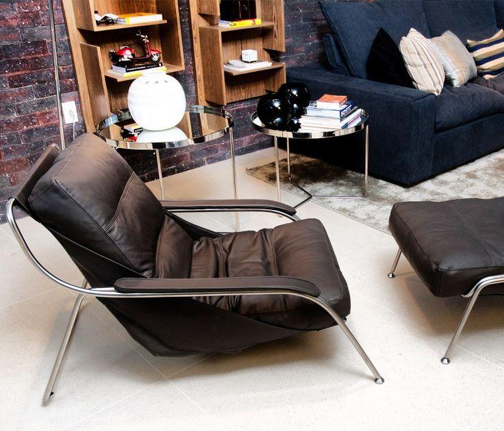 Poltrona Maggiolina, Marcos Zanuso, 1947.   A Bela Lounge Chair, com linhas curvas e sensuais que fluem para formar um assento confortável.Peça clássica da história do design moderno, ganhou a medalha de ouro na Trienali de Milano em 1948 e foi destaque na coleção do Museu alemão Die Neue Sammlung.
