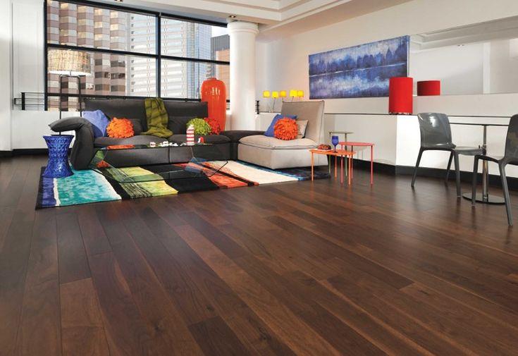 parquet stratifié imitation plancher bois massif foncé simili pont de bateau dans le salon