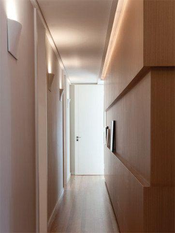 """Orientar o caminho no corredor e criar pontos de interesse na parede são as funções das arandelas Remo (22 x 7 cm, altura de 35 cm), da Wall Lamps, adotadas pela arquiteta Paula Magnani. """"Em áreas de circulação, as luminárias precisam ser bem estreitas. Vale ainda selecionar peças de bom desenho, que funcionarão como esculturas"""", diz. Estes modelos de alumínio com pintura anodizada deram um volume discreto à parede, fazendo uma parceria elegante com o painel de madeira."""
