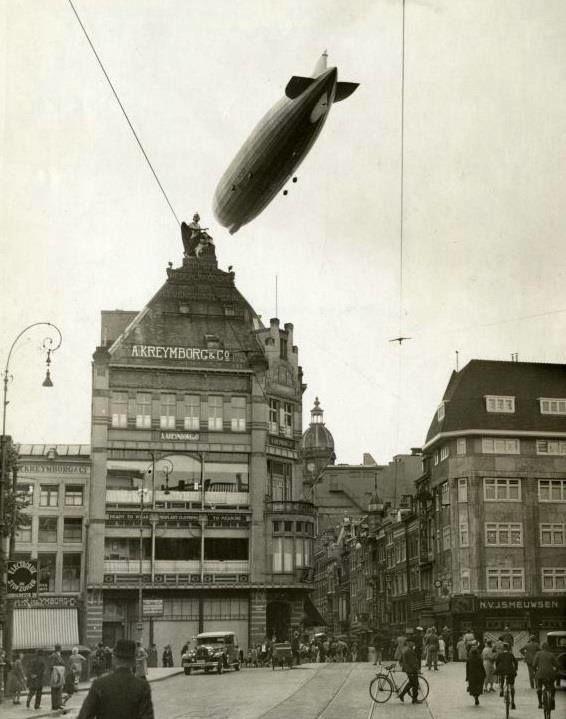 Amsterdam 1931 | Het Duitse luchtschip LZ 127 Graf Zeppelin boven het Koningsplein en de Leidsestraat in Amsterdam.