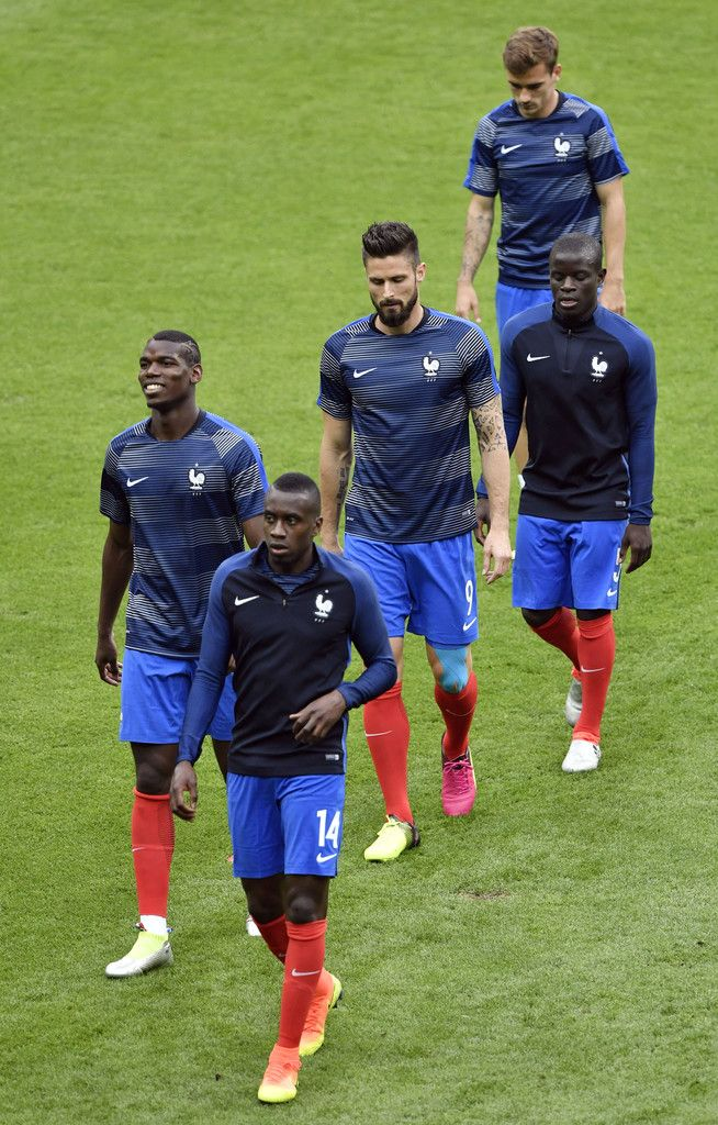 (Front to back) France's midfielder Blaise Matuidi, France's midfielder Paul Pogba, France's forward Olivier Giroud, France's midfielder N'Golo Kante and France's forward Antoine Griezmann are pictured ahead of the Euro 2016 group A football match between France and Romania at Stade de France, in Saint-Denis, north of Paris, on June 10, 2016. / AFP / PHILIPPE LOPEZ
