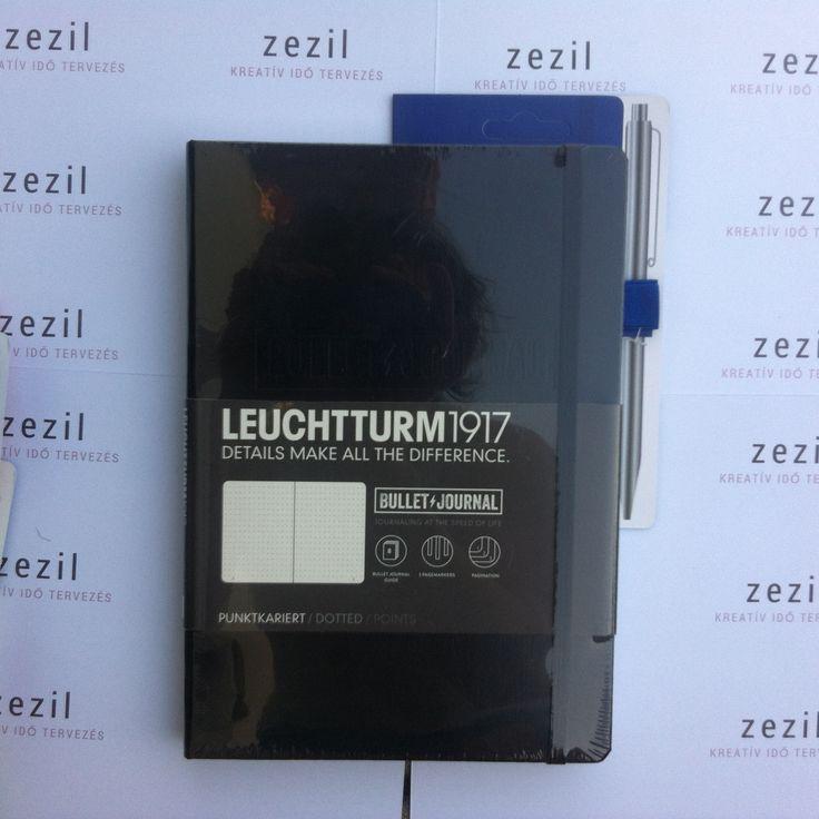Fekete színű Leuchtturm1917 Bullet Journal királykék színű tolltartó gumival.  Leuchtturm1917 | pen loop | zezil