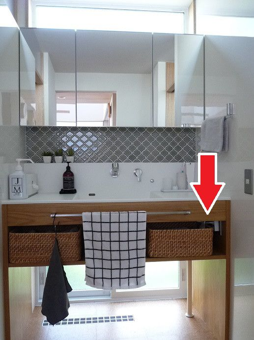 画像1つ目 収納内コンセント⑤ 洗面台のドライヤーをすぐ使えるようにの記事より