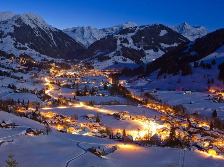 Luksusowy kurort Gstaad położony w malowniczych Alpach Berneńskich zachodniej części Szwajcarii to miejsce, w którym można spotkać największe gwiazdy. To urocze miasteczko szczyci się nie tylko unikalną, drewnianą architekturą, ale również promenadą pełną najlepszych butików. http://yesismybless.com/gstaad-2/