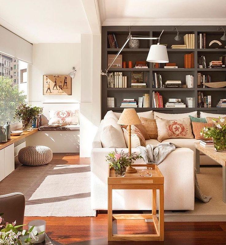 Nos gusta bastante aunque está un pelin cargado. Me parece muy hogareño, plantas, libros, no minimalista. Sin embargo, no me gusta la combianciones de colores ni la estantería oscura.