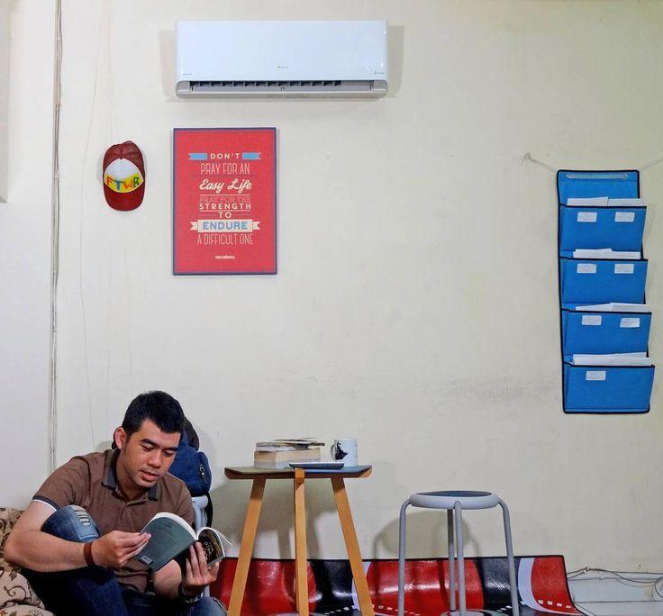 Baca buku bolak-balik, ga nemu juga cara paling ok punya pacar.. Udahlah, serahin aja sama yang di atas, mudah2an di tahun yang baru nanti gw dapet jodoh.. Amin! Hehhehe  Tapi mau ada pacar atau nggak, yang jelas waktu lo akan lebih berkualitas kalo ditemenin AC @greeindonesia.. Hopefully si dia yang bakal hadir di kehidupan gw taun 2017 ini ga bakalan cemburu.. 😜  #180HariHariGantiBaru #PeloporACCanggih #GreeFiesta