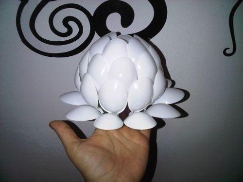 Farolillo con forma de flor de loto hecho con cucharas de plástico