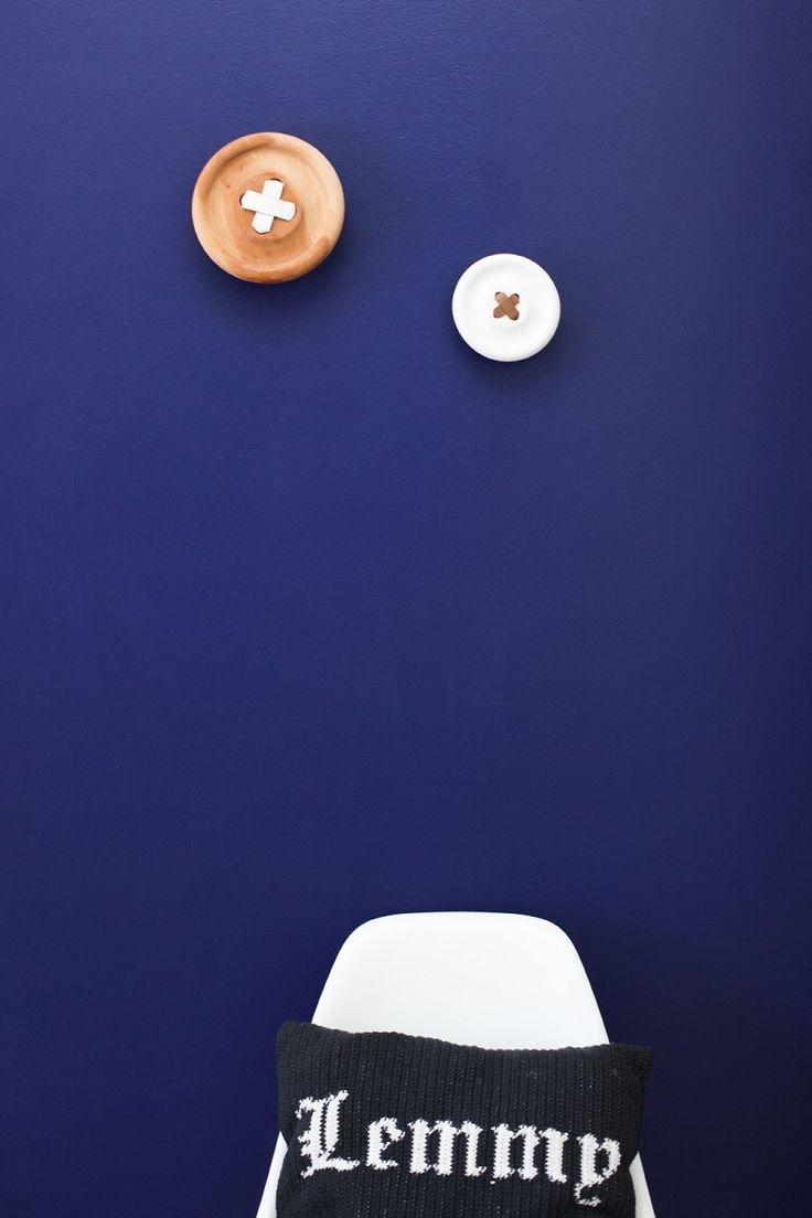 Mustekynänsininen seinä on hieno tausta huonekaluille ja esineille.