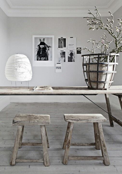 Mooie houten tafel en stoelen. Wat is hout toch mooi in een interieur.