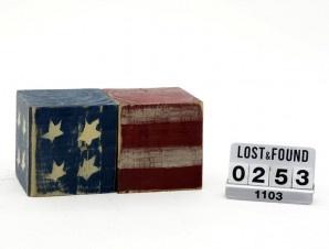 Due dadi in legno con bandiera americana stampata dimensione cm 10x10x10 vintage