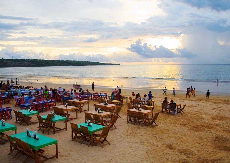 Šta kažete na večeru u ovom restoranu na predivnoj plaži u Baliju? :) #travelboutique #putovanje #bali #hrana #food