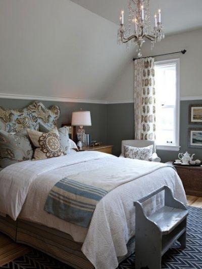 Pour la chambre d'amis de sa maison de campagne, Sarah Richardson a créé cette chambre. Sa palette de couleurs se décline en blanc, bleu, brun et gris. On y reconnaît sa touche particulière dans le mélange des imprimés et textures, le choix des meubles anciens et des murs deux tons.