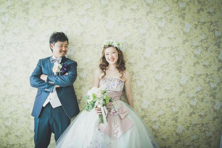 結婚式の前撮りは幸せはカップルふたりにとって大切なイベント!どんな衣装を着てどんなロケーションで、どんなテーマで撮るかを考えるだけでワクワクしますよね♪今回は前撮りをかわいく撮るためのアイデアを特集★現役写真家として今オススメする前撮りのアイデアを語りつくしていきます!これから前撮りを考えているカップルは必見ですよ♪ 前撮りアイデア①秋の紅葉をバックに♪憧れの和装で二人の自然体の雰囲気を収めて  秋のシーズンで前撮りするなら、憧れの和装で紅葉ロケに出かけてみてるのはいかがでしょうか?いつものように紅葉の中を二人で散策しているみたいですよね。第三者がいるのは思えないほどの自然体ショットに。紅葉のシーズンは和装との相性が抜群。和装の前撮りをしたい方は、秋のシーズンもおすすめですし、とっても人気な構図なのでぜひお考えくださいね! 前撮りアイデア②赤や黄色、橙色に青色の着物がよく映える☆…