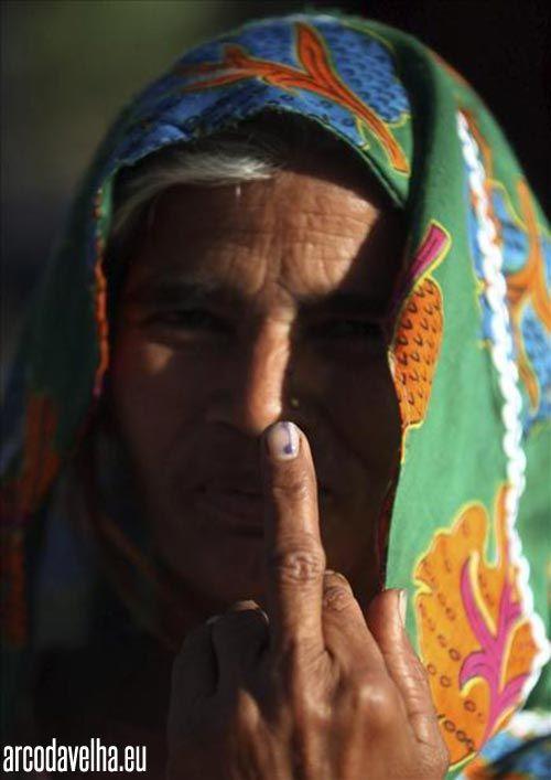 Esta é a foto do momento na internet! Mostra uma indiana a mostrar o dedo médio, não num sinal de provocação mas sim a mostrar o dedo, ainda...