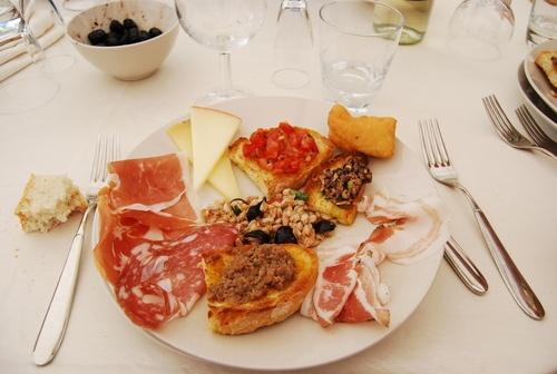 Antipasto toscano: salumi della Garfagnana, crostini con funghi, pomodori, al cinghiale, farro freddo, formaggi,polenta