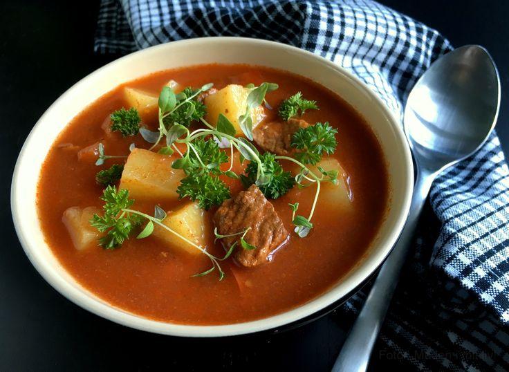 Skøn opskrift på en fyldig og lækker hjemmelavet gullashsuppe - suppen giver varmen helt ud i tæerne, passer sig selv på komfuret og er dejlig mættende.