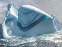 自然写真家の間で人気急上昇、地球内で幻想世界を見ることができると評判の、カナディアンロッキーのふもと、カナダのジャスパー国立公園付近にある人工湖「アブラハム湖」。寒い時期、凍りついた湖面の中には氷の泡玉(アイスバブル)が無数に閉じ込められ、何とも言えな
