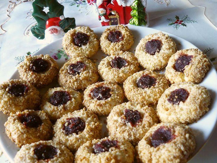 Aceste fursecuri sunt foarte potrivite pentru perioada Crăciunului. Nu numai că sunt foarte gustoase, dar arată și bine. Pot fi rulate și prin cocos în loc de nucă, iar pentru umplutură se poate alege cam orice gem, dar eu am folosit marmeladă. Timp de preparare: 1 oră la frigider, 15 minute la cuptor Cantitate: 20 …