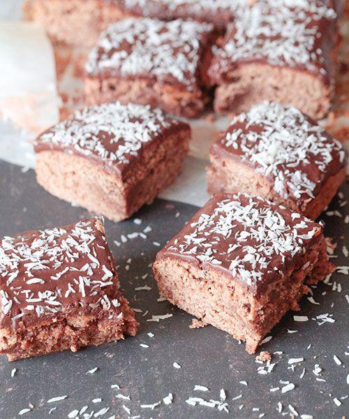 Kärleksmums, som också brukar kallas mockarutor eller snoddaskaka, bakas traditionellt i långpanna och med kokos ovanpå. Helt underbart krämig och god och glasyren - alltså glasyren!KÄRLEKSMUMS KAKA150 gram smör2 ägg3 dl socker1 tsk vaniljsocker1 msk kakao4 ½ dl vetem