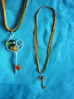 Χειροποίητο Μενταγιόν κλειδί από σύρμα και χάντρες σε αποχρώσεις σμαραγδί-πορτοκιαλί