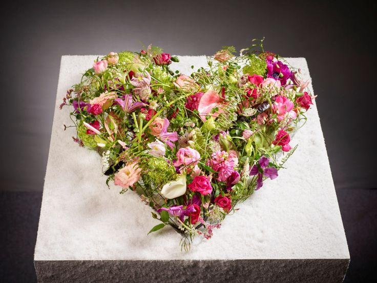 Romantischer geht es nicht! Ein Herz aus Frühlingsblüten von Eva Latsch Foto: Fachverband Deutscher Floristen, J. Manegold