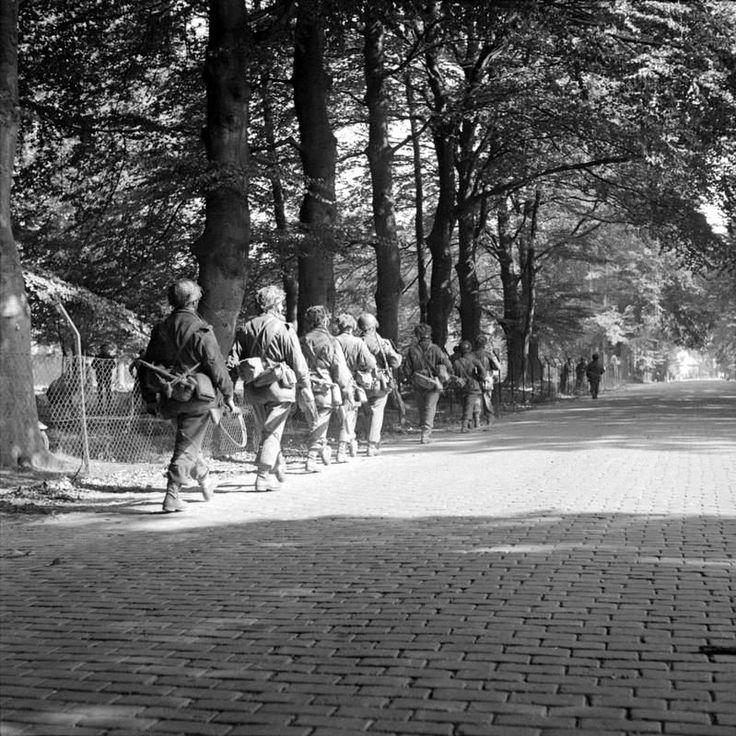 Men of the 2nd Battalion South Stafford shire Regiment entering Oosterbeek along the Utrechtsweg on their way towards Arnhem, 18 September 1944.
