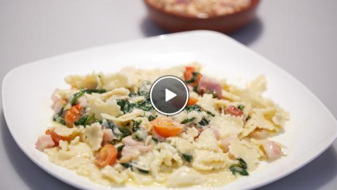 Pasta con spinaci e pancetta con mozzarella (Pasta met spinazie, spek en mozzarella) & Insalata die fagioli e tonno (Salade witte bonen met tonijn) - recept | 24Kitchen