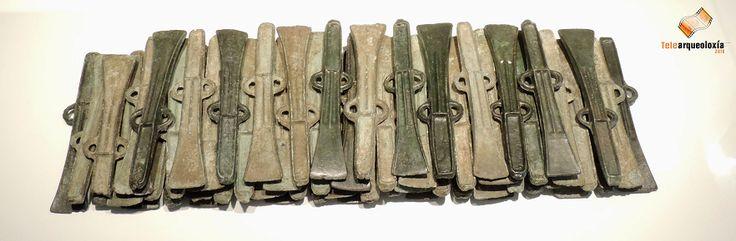 Depósito de Samieira (Pontevedra). Bronce final (II-I milenios a.C.). Museo de Pontevedra. Trátase conxunto de máis de 150 machados de bronce de tope e dúas argolas, achados casualmente no lugar de Ladróns, en Samieira, e que foron soterrados baixo unha lousa de granito dun xeito similar ao que se observa na fotografía. A proximidade ao mar do lugar, a súa disposición, a súa uniformidade e a carencia de marcas de uso fai pensar nun probable lote preparado para ser enviado a outro lugar.