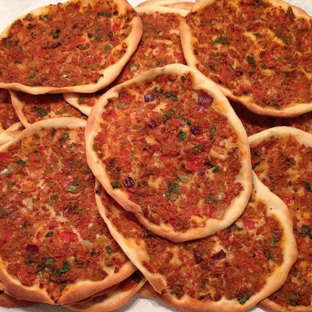 Vandaag deel ik een Turks gerecht met jullie, die jullie waarschijnlijk allemaal wel kennen, namelijk lahmacun oftewel Turkse pizza. Wil je weten hoe je zelf lahmacun kunt maken? Lees dan verder.