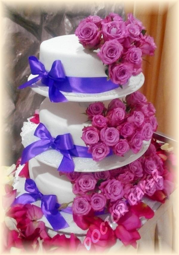 Свадебный торт в лавандовой цветовой гамме. Розы живые, каждая в мини капсуле, другие свадебные торты в каталоге: http://www.torty.biz/svadebnye_torty/