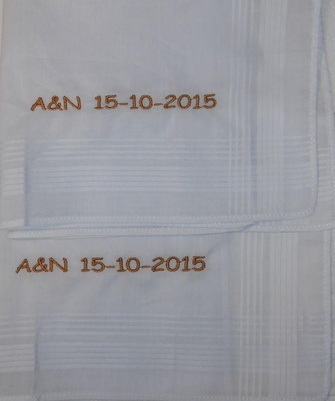 15-10-2015 zakdoekjes goud geborduurd http://www.bruiloftzakdoekje.nl