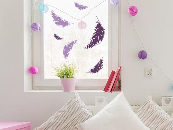 Epic Bunte Wandtattoo Federn als Fensterdeko im Kinderzimmer