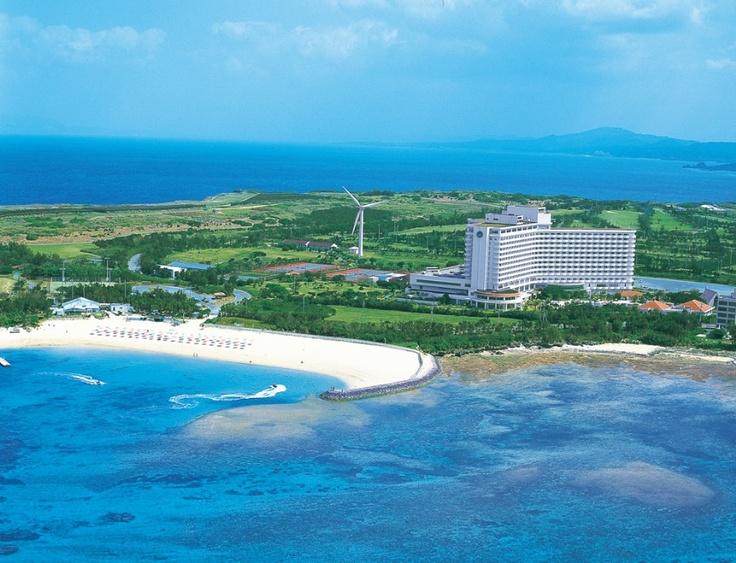 美しい残波(さんぱ)ビーチと青い海が目の前に広がる。