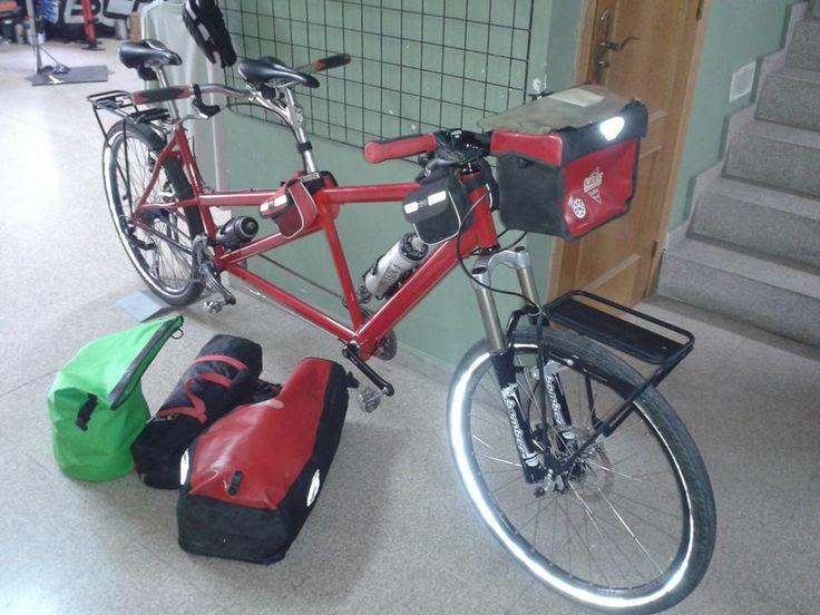 Sportbike con su tandem y transportin Old Man Mountain modelo Sherpa montado delante.