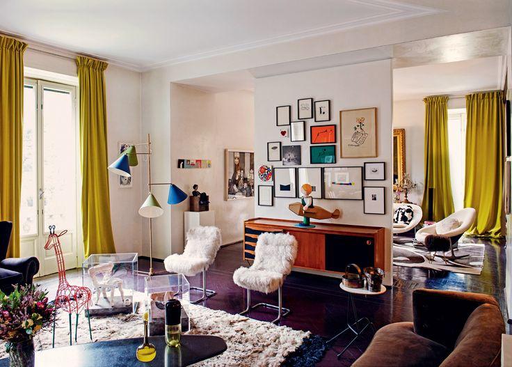 A luminária colorida dos anos 50, as cadeiras de metal vintage revestidas com lã da Mongólia, o tapete de alpaca e a escultura de girafa, ambos by Marni, roubam a cena no living (Foto: Danilo Scarpati)