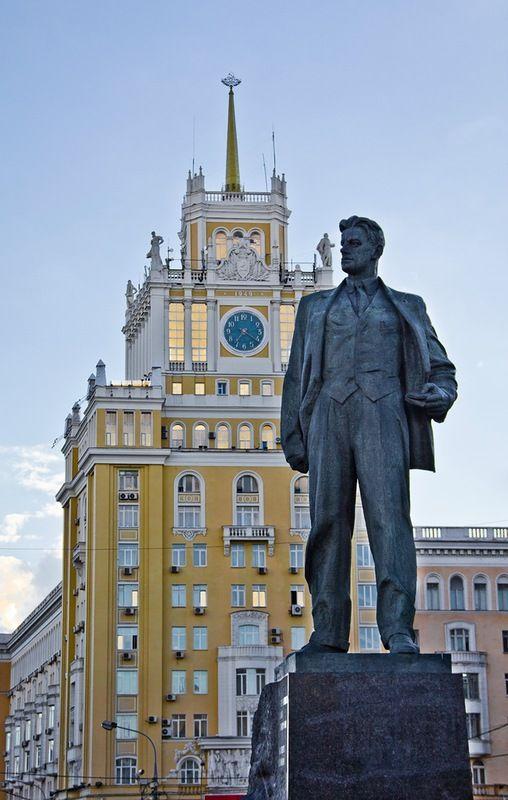 Памятник Владимиру Маяковскому был установлен в 1958 году в Москве на площади Маяковского (сейчас это Триумфальная площадь).