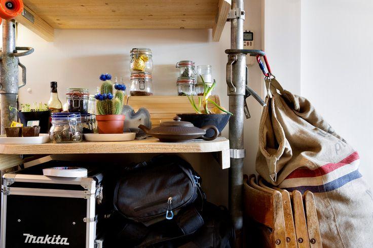 """""""Ik heb zelf een constructie in de keuken gemaakt voor mijn wekpotten en andere benodigdheden.""""   #IKEA #IKEAnl #STUDIObyIKEA #opbergen #studenten #kamer #ruimte #praktisch #keuken #steigerbuizen #inspiratie"""