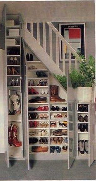 Un rangement chaussures sous l'escalier, c'est malin et ça permet d'économiser de l'espace. Des étagères de différente hauteur permettent d'organiser tous types de chaussures.