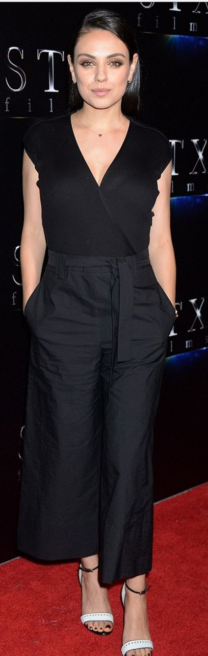 Mila Kunis: Jumpsuit – Brunello Cucinelli  Jewelry – EFFY Jewelry, Sara Weinstock, and Graziela Gems  Shoes -Santoni