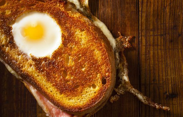 Ou prajit in paine cu branzasisunca - www.Foodstory.ro